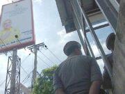Bawaslu Riau Di Bantu Satpol PP Copot APK Caleg di Billboard Berbayar di Jalan Sudirman