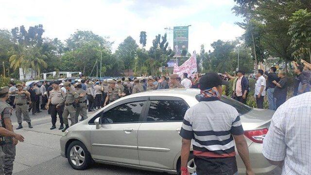 Nyaris Bentrok, Massa Hadang Mobil Gubenur Riau Depan Gedung DPRD