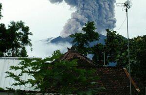 Erupsi, Gunung Agung Muntahkan Kolom Abu Capai 1.000 Meter