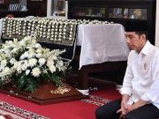 Sempat Viral Foto Jokowi Menyendiri Menangisi Kepergian Mendiang Ibunda