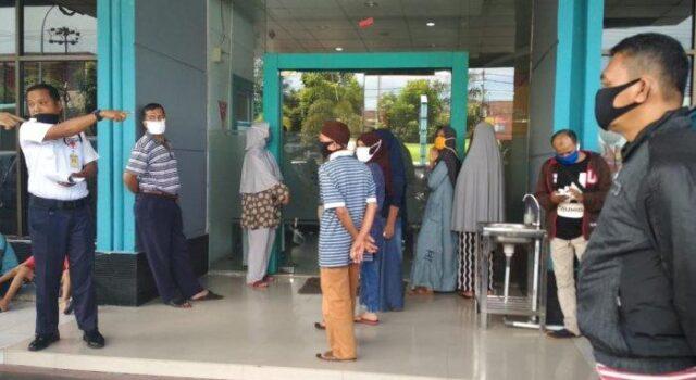 Warga Datangi Kantor PLN Tanya Lonjakan Tagihan Listrik Capai 100 Persen
