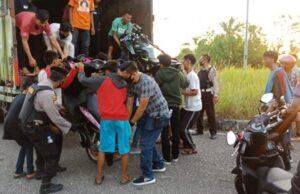 Gelar Razia di Kawasan Stadion Utama Riau, Polisi Angkut 32 Unit Motor Pelaku Balap Liar Pakai Truk