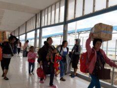Tak Mau Pakai Masker, Seorang Wanita Dipaksa Turun dari Pesawat
