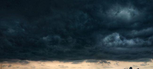 Ilustrasi cuaca buruk karena musim hujan. (CNN Indonesia/ Andry Novelino)